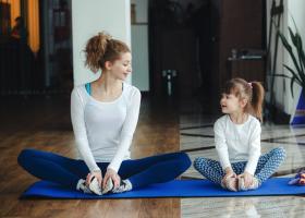 4 bài học cuộc sống từ Yoga mẹ dành tặng con